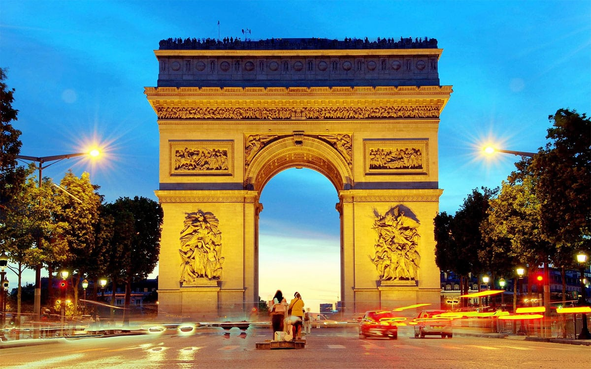4 must visit paris attractions on trip to paris viral rang. Black Bedroom Furniture Sets. Home Design Ideas