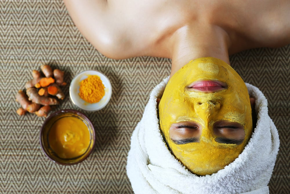 Use turmeric to bleach facial skin and remove dark spots